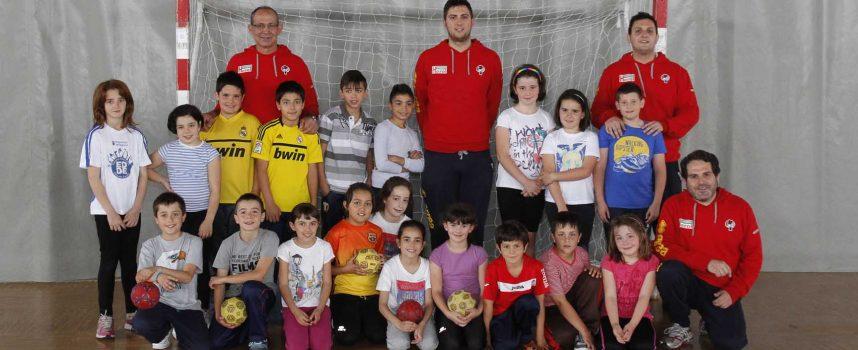 Jugadores y técnicos del Balonmano Nava promocionan ese deporte entre los escolares