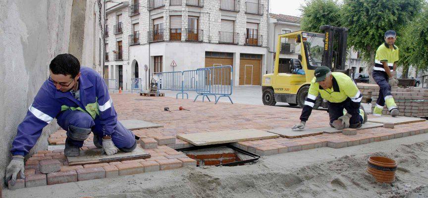 Operarios municipales trabajando en la acera de la Plaza de San Gil.