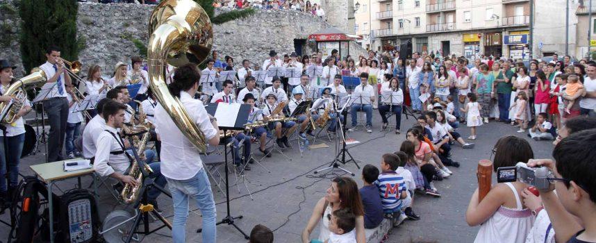 """Los alumnos de la Escuela Municipal de Música deleitaron a los vecinos con el """"Paseo musical"""""""