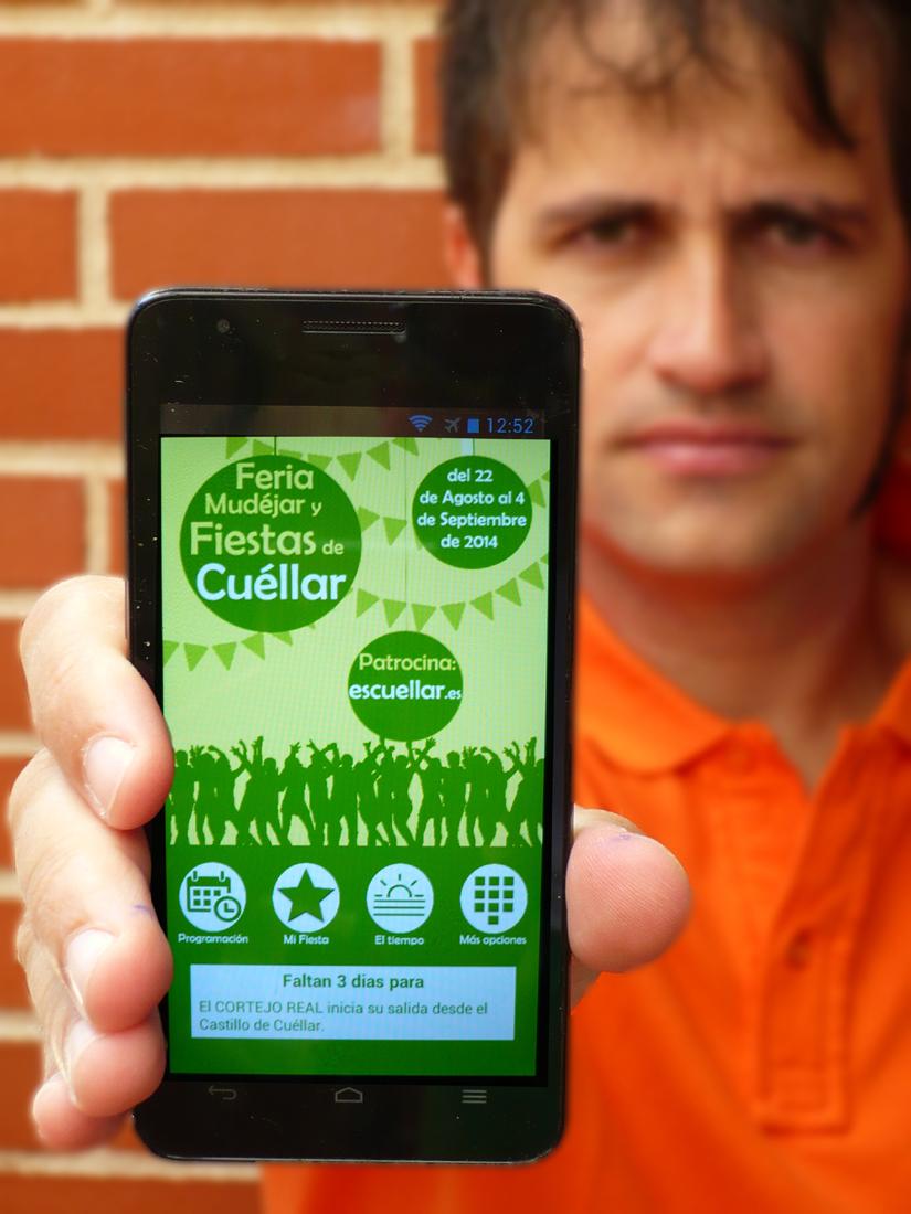 """Miguel González mostrando la App """"LasFiestasde Cuéllar 2014"""" en su móvil."""