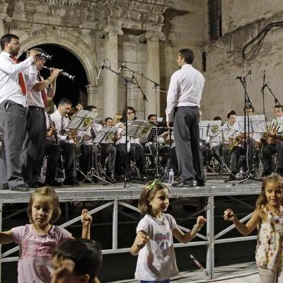 """Centenares de cuellaranos bailaron y corearon el """"A por ellos"""" en la Plaza de La Soledad"""