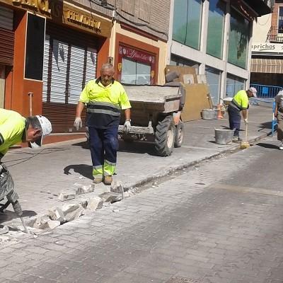 El Ayuntamiento inicia la renovación del encintado de la calle Parras