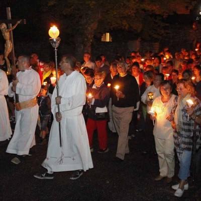 Centenares de antorchas iluminaron la pradera en la víspera de la Romería de El Henar
