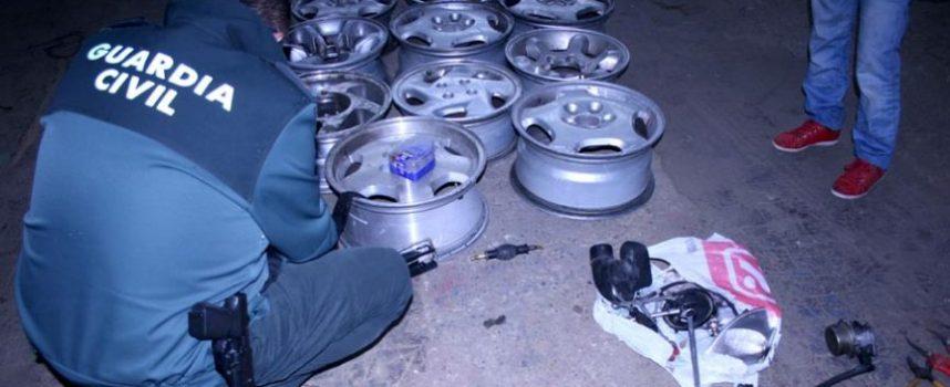 La Guardia Civil detiene a dos hombres por el robo de piezas de automóvil en un desguace de Hontalbilla