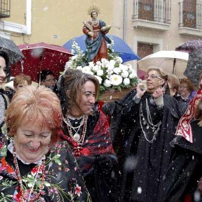 """Las """"águedas"""" honran a su santa entre la nieve"""