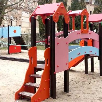 Continúa la adecuación de los parques infantiles de Cuéllar