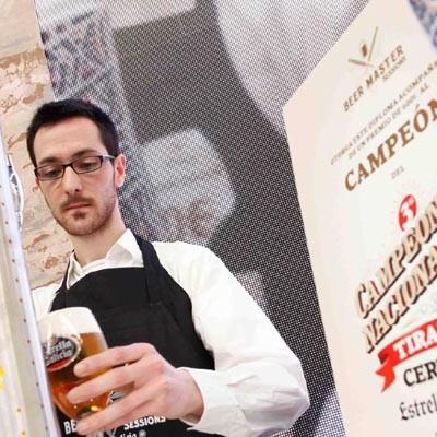 """El cuellarano Simón García """"Mejor tirador de cerveza de Castilla y León"""""""