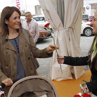 La Feria de Cuéllar y Diputación obsequiaron a las madres con flores en su día