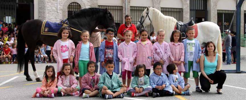 El colectivo A Caballo acerca a los niños la tradición equina en la villa