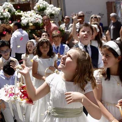 Una alfombra de pétalos ha cubierto el recorrido de la procesión del Corpus Christi