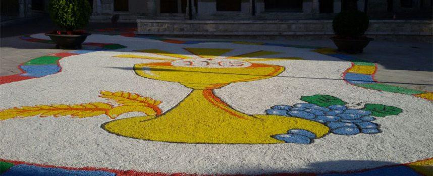La Plaza Mayor se engalana para la celebración del Corpus gracias al Grupo de Belenistas de Cuéllar