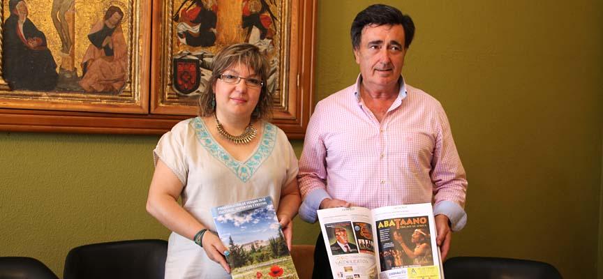 La concejala de Cultura, Sonia Martín, y el alcalde, Jesús García, muestran el programa de verano.
