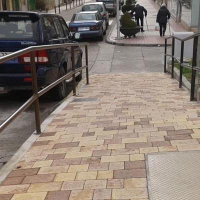 El Ayuntamiento continúa con el acondicionamiento de aceras por la Avenida Camilo José Cela