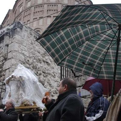 El Niño de La Bola desafía a la lluvia en su procesión