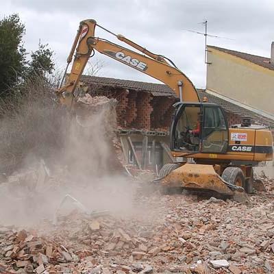 Comienzan las obras del gimnasio del colegio La Villa con el derribo de los edificios
