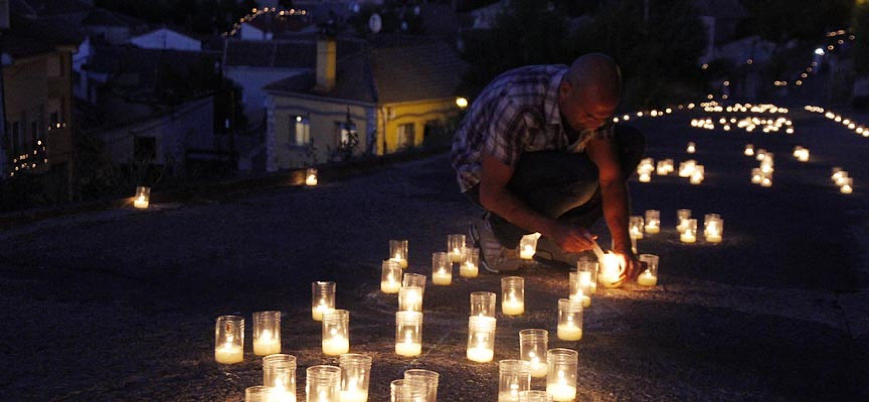 Miles de velas iluminaron fuentidue a en la i noche de agua y fuego escuellar - Velas de agua ...