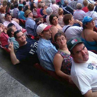 Los usuarios de Fundación Personas Cuéllar disfrutaron de la becerrada benéfica de los camareros de Segovia