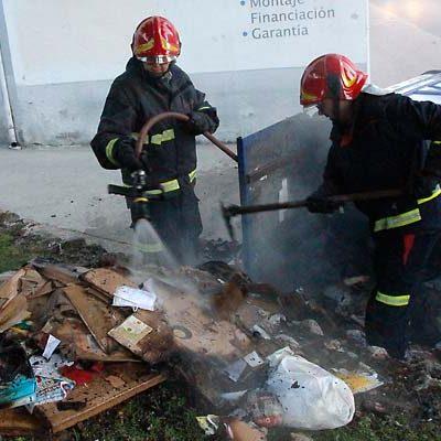 Incendio de un contenedor de papel en la Avenida Camilo José Cela de Cuéllar