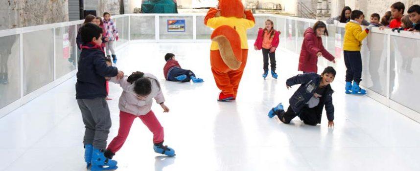 Puertas abiertas en la jornada inaugural de la pista de hielo ecológico de Cuéllar