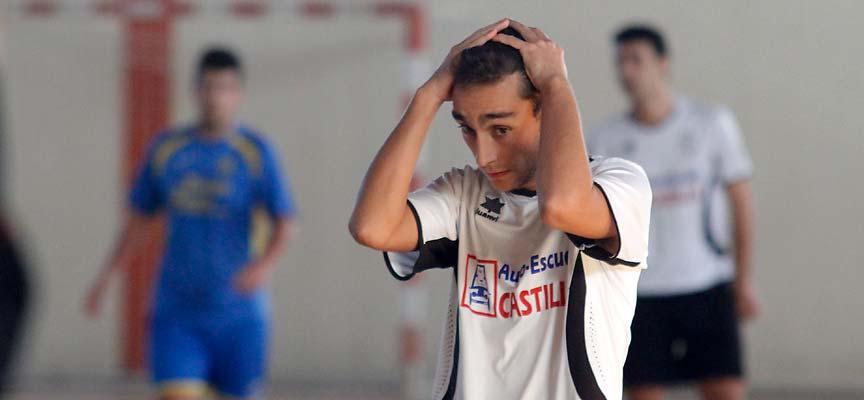 """Alfonso """"Kuku"""", del Racing Cuéllar, se lamenta tras una ocasión fallada durante el partido contra Tres Columnas."""