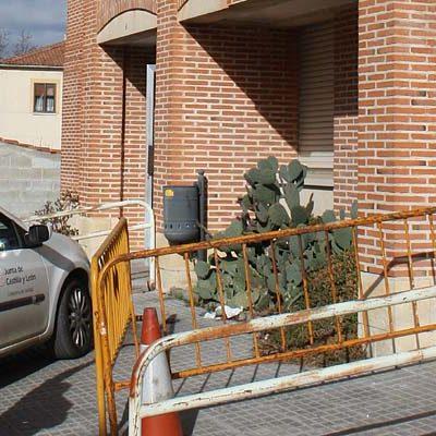 El delegado territorial se interesa por los daños en una cornisa del centro de salud de Carbonero el Mayor