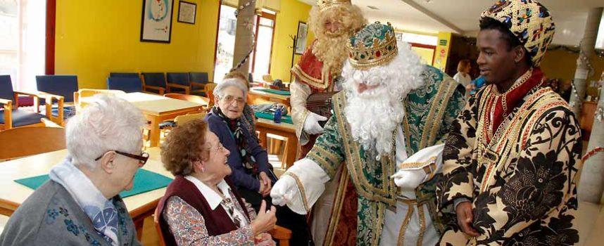 Los Reyes inician su visita en los centros de mayores y Fundación Personas en Cuéllar