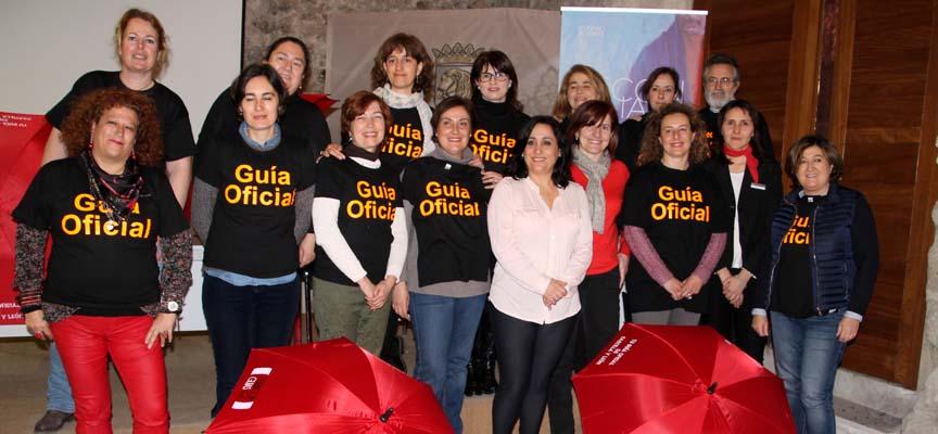 Representantes de las asociaciones regionales que participaron en la asamblea junto la concejala de Turismo.