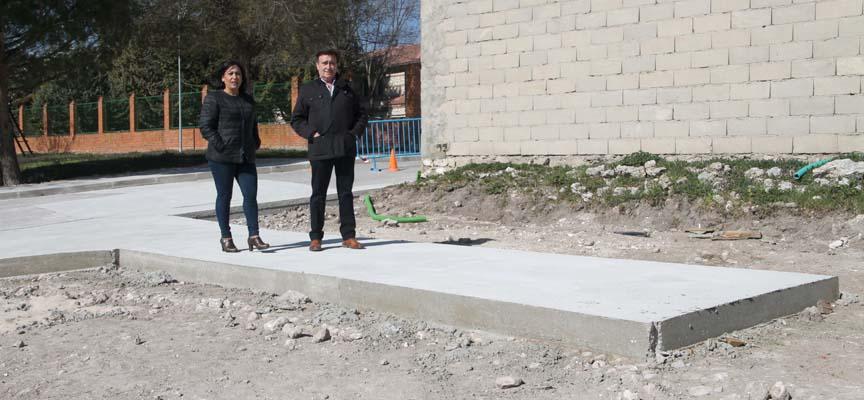 El alcalde y la concejala de Turismo en la plataforma que dará acceso a los baños.