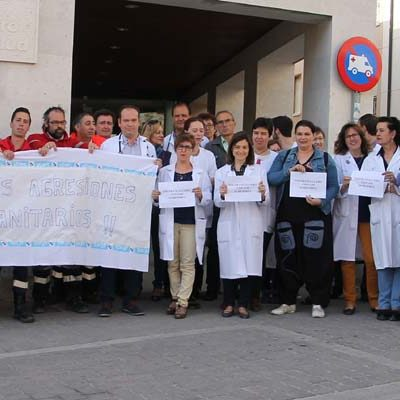 El personal sanitario del Centro de Salud de Cuéllar se concentra para pedir respeto hacia su trabajo