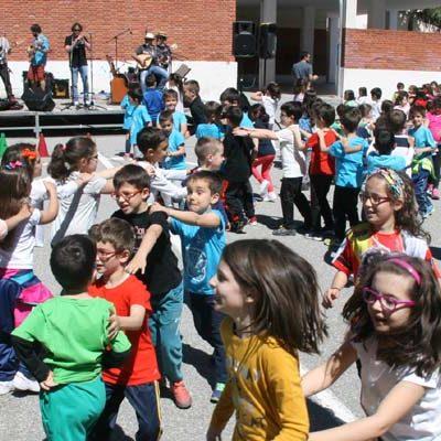 Los alumnos del CEIP Santa Clara celebraron el Día de la Comunidad al ritmo de `Pepe Colás y los Punkifolquis´