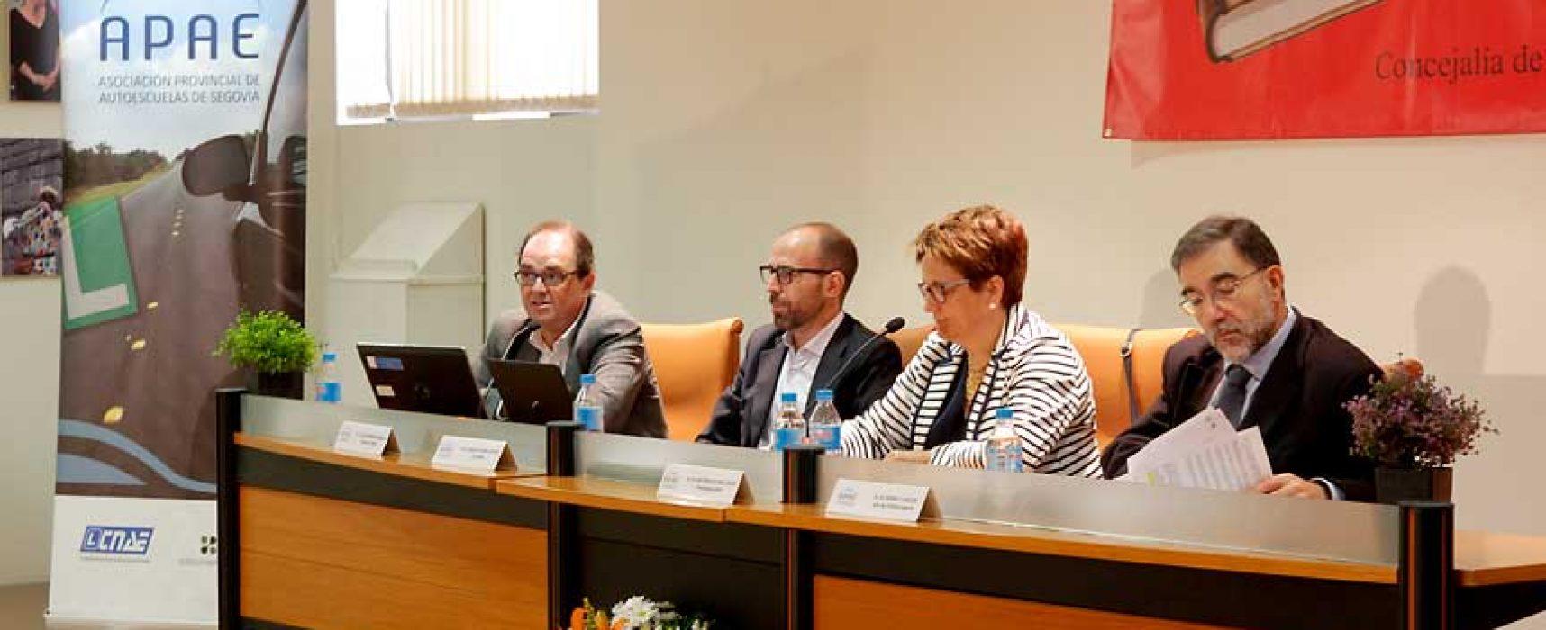 La Federación de Autoescuelas de Castilla y León analiza en Cuéllar el reto de los vehículos autónomos