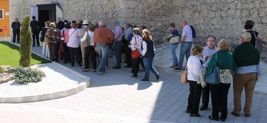 Un grupo de turistas hacen cola en la iglesia de San Andrés para visitar la exposición Reconciliare.