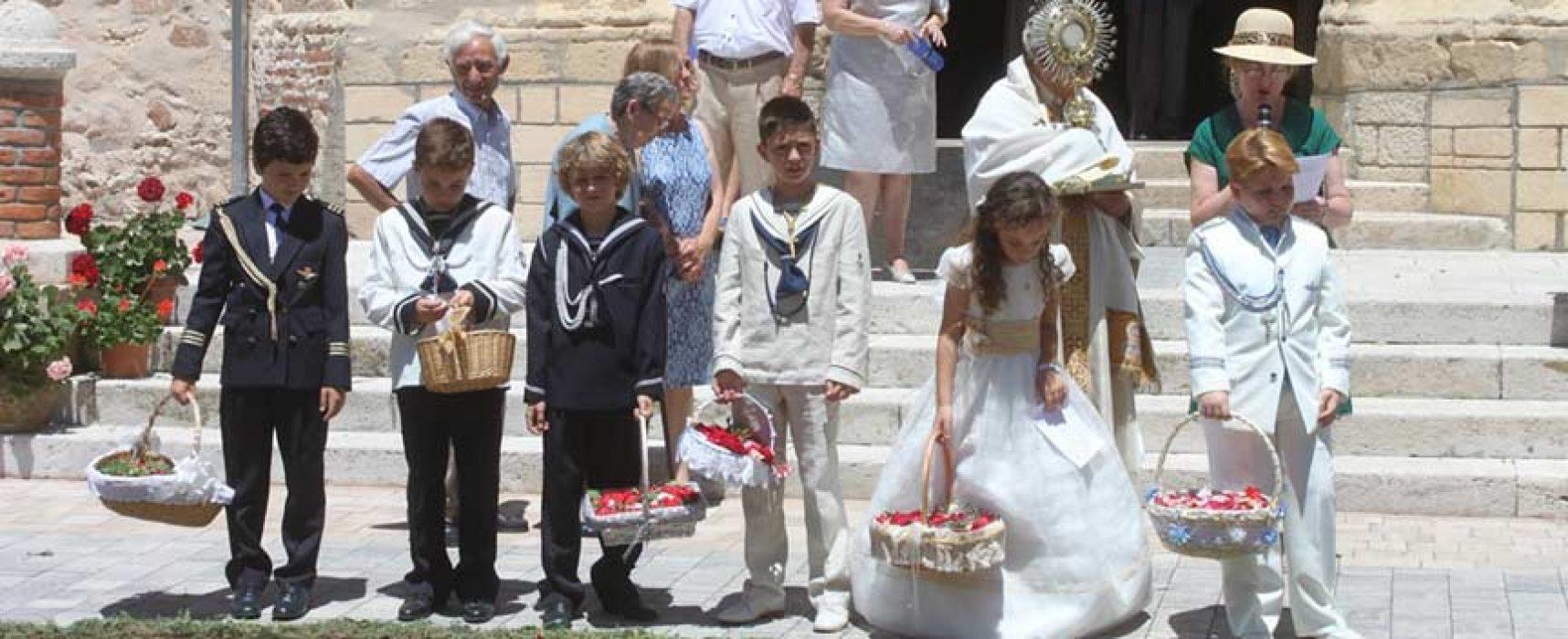 Aguilafuente celebró el Corpus con una alfombra de flores