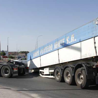 El remolque de un camión se desprende de la cabina en la antigua carretera de Segovia