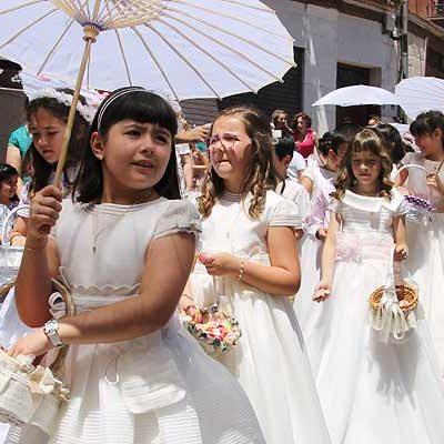 Intenso calor en la procesión del Corpus Christi de la villa