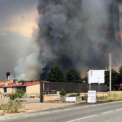 La Junta declara nivel 2 en el incendio forestal que ha llegado al núcleo urbano de Navalilla