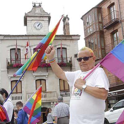 """""""La diversidad enriquece, la exclusión empobrece"""" lema de la concentración en repulsa a la quema de la bandera LGTB"""
