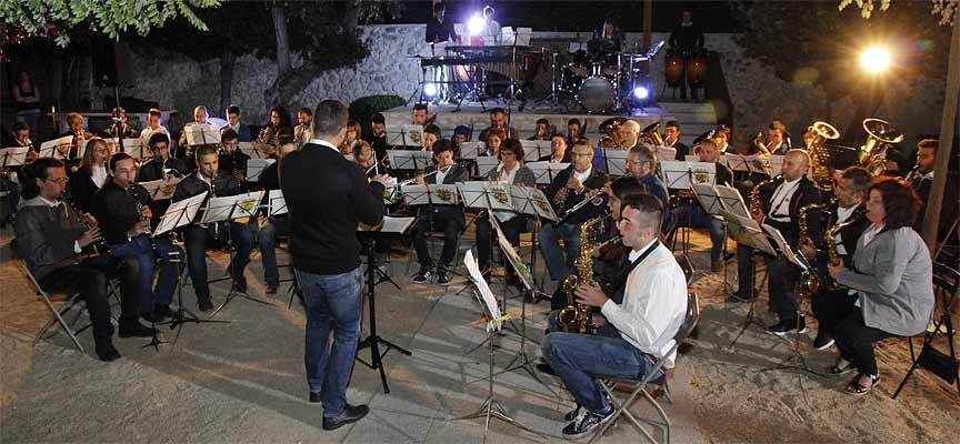 La Banda de Música durante su actuación en el patio de Las Tenerías.