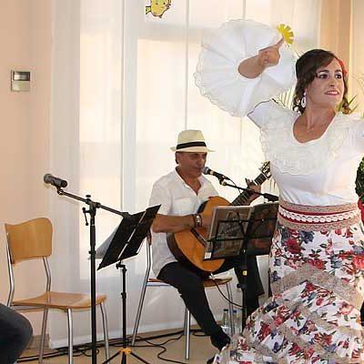 Usuarios y familiares del Centro de Mayores Valdihuertos disfrutaron de una fiesta flamenca