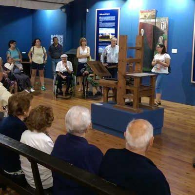 Los usuarios de la Residencia de Aguilafuente visitan la exposición sobre el Sinodal