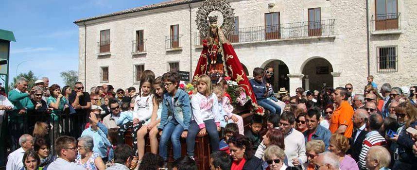 La virgen de El Henar acoge bajo su manto a miles de romeros