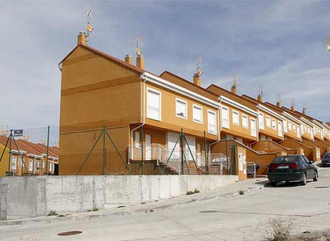 Los vecinos de `Fuente la Bola´ reclaman medidas ante la ocupación ilegal de varias viviendas de la urbanización