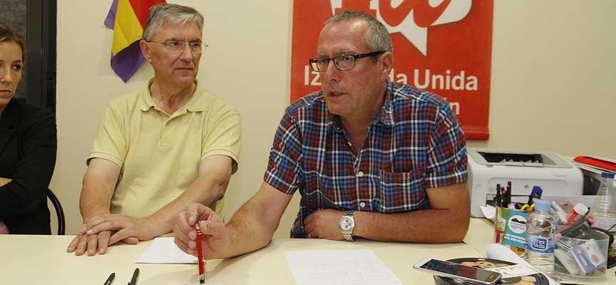 Ladislao González, alcalde de Navas de Oro, junto al coordinador provincial de IU.
