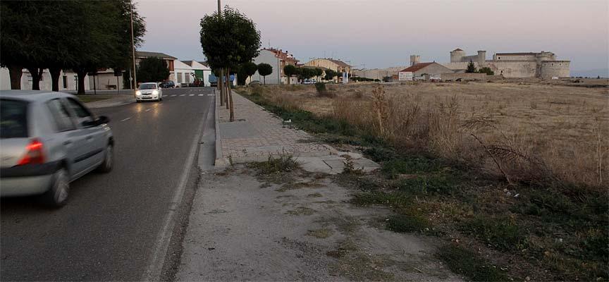 Margen de la carretera de Olmedo donde se construirá la acera.