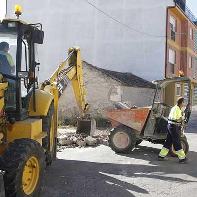 El Ayuntamiento acondiciona la acera de la calle Colombia para dejarla de un único sentido