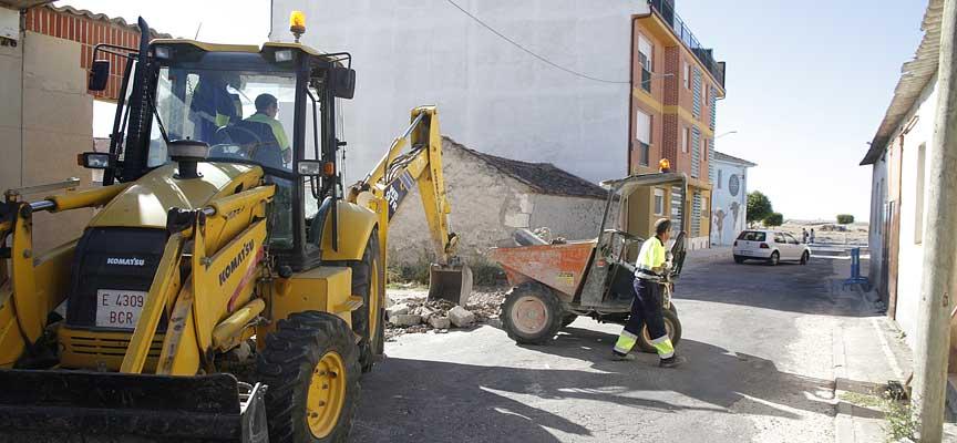 Operarios municipales realizan los trabajos en la acera de la calle Colombia.