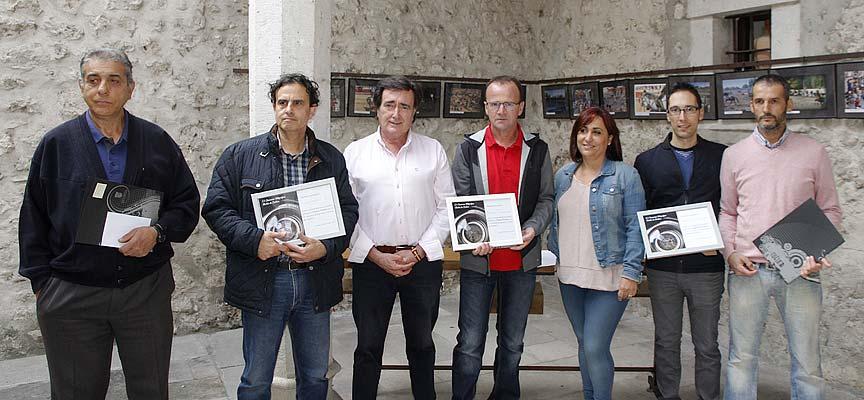 Los fotógrafos galardonados en el concurso fotográfico Fiestas de Cuéllar 2017 posan con el alcalde la concejal de Turismo.