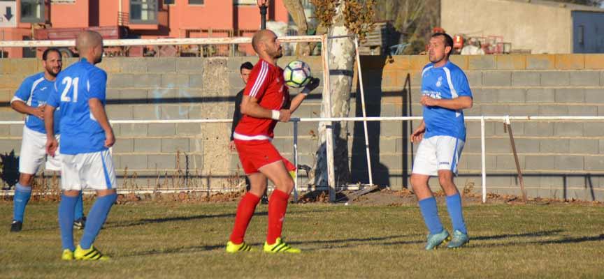 Higinio baja el balón con el pecho en el partido ante el Mozoncillo