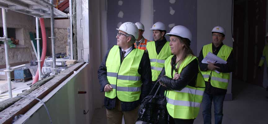 El delegado territorial y la alcaldesa de Carbonero durante la visita a las obras.