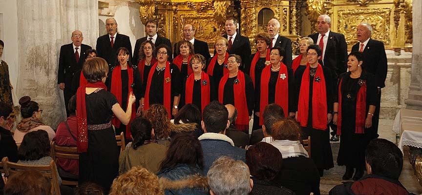 La Coral Cuellarana durante el concierto en la Capilla de la Magdalena.